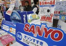 <p>Dans un magasin d'équipements électroniques à Tokyo. La banque américaine Goldman Sachs ayant accepté une nouvelle offre de Panasonic pour la reprise de sa participation dans Sanyo, selon trois sources proches de la situation, le géant japonais de l'électronique grand public Panasonic va pouvoir prendre le contrôle de son concurrent et devenir le numéro deux japonais de l'électronique derrière Hitachi. /Photo prise le 25 novembre 2008/REUTERS/Issei Kato</p>