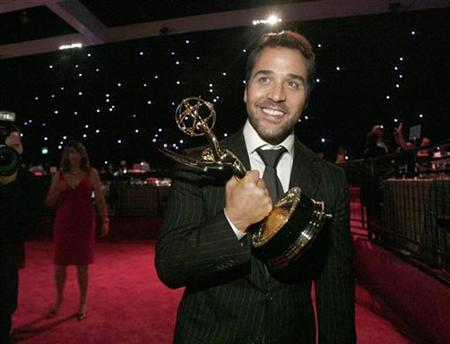 Jeremy Piven holds his award for outstanding supporting actor for his role in ''Entourage'' as he arrives at the Governor's Ball following the 60th annual Primetime Emmy Awards in Los Angeles September 21, 2008. REUTERS/Mario Anzuoni