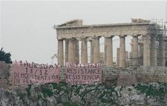 <p>Транспарант, который протестующие вывесили на стене Акрополя, в Афинах 17 декабря 2008 года. В среду, на 12-й день волнений в Греции, протестующие вывесили призывы к акциям протеста на стенах афинского Акрополя. REUTERS/Yiorgos Karahalis</p>
