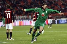 <p>O atacante do Wolfsburg comemora gol marcado contra o Milan em partida da Copa da Uefa. Lesões e suspensões estão prejudicando as tentativas do Milan de consertar suas falhas na defesa. 17 de dezembro.REUTERS/Alessandro Garofalo.</p>