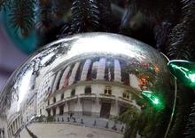 <p>A reflection of the New York Stock Exchange is seen on an ornament as it hangs from the Stock Exchange's official Christmas tree on Broad Street, December 18, 2008. REUTERS/Brendan McDermid</p>