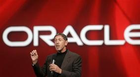<p>Larry Ellison, le patron d'Oracle. Le géant américain des progiciels Oracle a réalisé un bénéfice trimestriel conforme aux attentes au cours du trimestre clos au 30 novembre, le deuxième de l'exercice, à 1,296 milliard de dollars. Le groupe a cependant accusé sur la période une forte baisse de ses ventes de nouveaux logiciels, le ralentissement de l'économie pesant sur la demande cependant que la hausse du dollar a affecté son chiffre d'affaires hors des États-Unis. /Photo prise le 24 septembre 2008/REUTERS/Robert Galbraith</p>