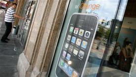<p>Dans une interview à La Tribune, le directeur exécutif de France Télécom, Jean-Yves Larroutu, affirme que la décision du Conseil de la concurrence de suspendre l'exclusivité accordée par Apple à la commercialisation de l'iPhone en France à Orange n'aura pas d'impact sur les ventes de fin d'année de l'opérateur mobile. /Photo prise le 22 août 2008/REUTERS/Kacper Pempel</p>