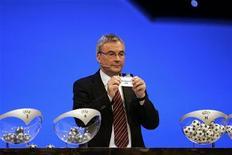 <p>Глава УЕФА Дэвид Тэйлор проводит церемонию жеребьевки Лиги чемпионов в Монако, 28 августа 2008 года Жеребьевка 1/8 финала Лиги чемпионов прошла в швейцарском Ньоне в пятницу. REUTERS/Pascal Deschamps (MONACO)</p>