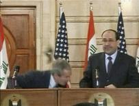 """<p>George Bush, aux côtés du président irakien Nouri al Maliki, esquive une chaussure lancée par un journaliste irakien lors d'une conférence de presse à Bagdad. Le créateur du jeu """"sock and awe"""", qui invitait les internautes à lancer des chaussures sur George Bush, a déclaré qu'il avait vendu son concept en quatre jours sur le site d'enchères eBay. /Image diffusée le 14 décembre 2008/REUTERS/Reuters TV</p>"""