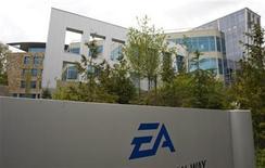 <p>Foto de archivo del estudio de la compañía Electronic Arts en Burnaby, Canadá, 7 mayo 2008. El productor de videojuegos estadounidense Electronic Arts Inc (EA) anunció el viernes que eliminará 1.000 empleos, o un 10 por ciento de su personal, como parte de una reestructuración que le ahorrará unos 120 millones de dólares el año. REUTERS/Andy Clark (CANADA)</p>
