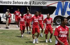 <p>Equipe nacional de futebol do Peru chegam ao estádio Libertad, em Assunção, para partida no dia 13 de outubro. A Fifa retirou as suspensões dadas às associações nacionais do Peru, Samoa e Kuwait, informou o órgão que dirige o futebol mundial neste sábado. REUTERS/Jorge Adorno (PARAGUAY) (Newscom TagID: rtrphotosthree745680) [Photo via Newscom]</p>