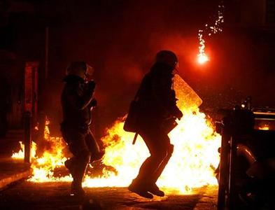 Riot police clash with demonstrators during riots outside the Athens Polytechnic December 20, 2008. REUTERS/Marko Djurica