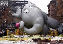 """<p>Надувной персонаж мультфильма """"Хортон"""" на праздновании Дня благодарения в Нью-Йорке 26 ноября 2008 года. Им завещают миллиарды долларов, они занимаются бальными танцами, участвуют в конкурсах, попадают на скамью подсудимых, организуют побеги и походы по магазинам, страдают от наркозависимости и не жужжат, когда болеют. REUTERS/Shannon Stapleton</p>"""