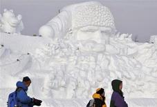<p>People visit a giant Santa Claus ice sculpture for the upcoming 25th Harbin International Ice and Snow Festival at a park in Harbin, Heilongjiang Province December 24, 2008. China's freezing northern city of Harbin is building what organisers say is the world's largest Santa Claus ice sculpture. REUTERS/Sheng Li</p>