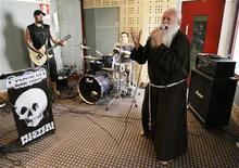 """<p>Брат Чезаре Боницци также известный как """"Металлический Брат"""" на репетиции своей рок-группы в Милане 10 июля 2008 года. Вечные ценности вновь не смогли составить достойную конкуренцию безумным, невероятным и удивительным поступкам жителей планеты Земля в уходящем году. REUTERS/Alessandro Garofalo</p>"""