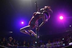 <p>Una bailarina se presenta durante el evento Chopper Night 2008 en Tokio, 27 jul 2008. Los adolescentes que saltean el desayuno durante la escuela secundaria suelen tener relaciones sexuales desde más jóvenes que aquellos que comienzan el día con una buena alimentación, dijo el viernes un investigador japonés apoyado por el Gobierno. REUTERS/Yuriko Nakao</p>