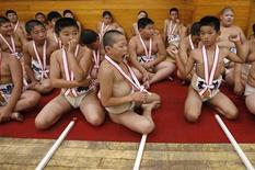 <p>Мальчики собрались для участия в церемонии открытия соревнования по сумо в Токио, 3 августа 2008 года Подростки, отказывающиеся от утреннего приема пищи в школьные годы, получают первый сексуальный опыт в более раннем возрасте, чем те, кто начинает день с полноценного завтрака, свидетельствует исследование главы японской Ассоциации по планированию семьи Кунио Китамуры REUTERS/Toru Hanai (JAPAN)</p>