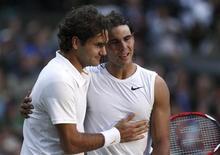 """<p>Швейцарский теннисист Роджер Федерер (слева) поздравляет испанца Рафаэля Надаля (справа) с победой в финальном матче Уимблдона в Лондоне 6 июля 2008 года. Уходящий 2008 год мог стать триумфальным для швейцарского теннисиста Роджера Федерера, который, по ожиданиям многих теннисных экспертов, должен был сравняться или превзойти по количеству побед на турнирах """"Большого шлема"""" легендарного Пита Сампраса, выигравшего четырнадцать таких титулов. REUTERS/Pool</p>"""
