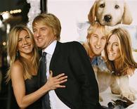 """<p>Jennifer Aniston e Owen Wilson posando para foto durante festa de lançamento do filme """"Marley & Eu"""" no teatro de Mann Village, na Califórnia. """"Marley & Eu"""" lidera bilheterias dos EUA durante Natal.REUTERS/Mario Anzuoni</p>"""