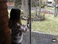 <p>Erin Goldrick, 10, waits for her sister to get home from school in Hampton Bays, New York, December 16, 2008. REUTERS/Shannon Stapleton/Files</p>