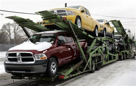 A car hauler transports new Dodge Ram pick-up trucks from a lot next to the Chrysler Warren Truck plant in Warren, Michigan December 18, 2008. REUTERS/Rebecca Cook