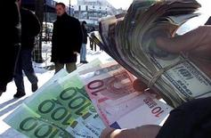 <p>Immagine d'archivio di banconote. REUTERS/Hazir Reka BEST QUALITY AVAILABLE EB/</p>