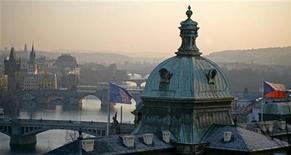 <p>Флаги Чехии и ЕС на крыше здания, в котором расположено чешское правительство в Праге 1 января 2009 года. Председательствующая в ЕС Чехия заявила в пятницу, что газовый конфликт между Россией и Украиной является двусторонней проблемой, и ЕС не будет вмешиваться до тех пор, пока получает полноценные поставки газа. REUTERS/Petr Josek</p>