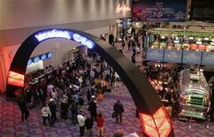 <p>People listen to a band in the lobby of the Las Vegas Convention Center at the end of the first day of the Consumer Electronics Show (CES) January 7, 2008. REUTERS/Steve Marcus</p>