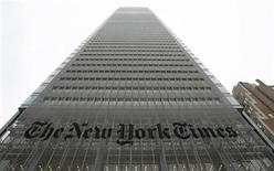 <p>Foto de archivo de las oficinas centrales del diario New York Times en 8th Avenue en Nueva York, 5 feb 2008. El New York Times anunció el lunes que venderá espacios de publicidad en su portada, en un nuevo intento por abrir fuentes de ingresos mientras enfrenta una fuerte desaceleración del negocio de publicidad. REUTERS/Gary Hershorn</p>