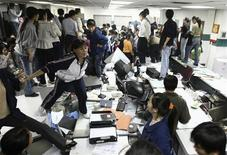 <p>Сотрудники фабрики игрушек в Дунгуане протестуют против увольнений 25 ноября 2008 года. Социальная напряженность в Китае заметно возрастет в 2009 году из-за роста безработицы, говорится в статье, опубликованной в еженедельнике Liaowang. REUTERS/Stringer/Files (CHINA).</p>