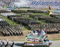 <p>La parata nello stadio di Phnom Penh per celebrare la caduta del regime di Pol Pot REUTERS/Chor Sokunthea</p>