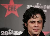 "<p>Cast member Benicio Del Toro smiles for photographers on the red carpet at the Japan premiere of the film ""Che"" in Tokyo December 16, 2008. REUTERS/Yuriko Nakao</p>"