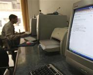 <p>A computer screen displaying an error message is seen at an internet cafe in Cairo December 20, 2008. REUTERS/Amr Dalsh</p>