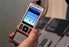 <p>Le Sony Ericsson Cybershot C905. Le patron de la coentreprise formée par Sony et Ericsson s'attend à une année 2009 difficile pour le marché des téléphones portables, avec un recul des ventes estimé à 5% ou 6% en raison de la crise économique mondiale. /Photo prise le 7 janvier 2009/REUTERS/Steve Marcus</p>