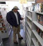<p>Dans un vidéoclub de la banlieue de Chicago. Selon le groupement Digital Entertainment Group, qui fédère des industriels du secteur, le marché de la vidéo aux Etats-Unis a reculé de 5,5%, à 22,4 milliards de dollars en 2008, la progression des ventes de disques Blu-ray ayant contrebalancé une chute des ventes de DVD et une stagnation des locations, selon un groupement d'industriels du secteur. /Photo d'archives/REUTERS/John Gress</p>