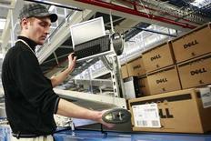 <p>Foto de archivo de un empleado de Dell en una fábrica de la empresa en Polonia, 23 ene 2008. Dell, el segundo fabricante de computadoras del mundo, reducirá más de la mitad de los 3.000 empleos de su fábrica en el oeste de Irlanda y trasladará muchos de ellos a Polonia. REUTERS/Dell</p>