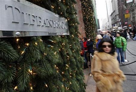 Shoppers walk down Fifth Avenue past Tiffany & Co in New York December 6, 2008. REUTERS/Chip East