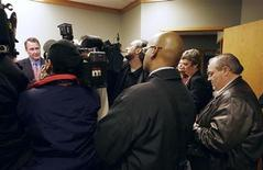 <p>Winston Blackmore (R), a leader in a British Columbia polygamist community, takes notes as Utah Attorney General Mark Shurtless (L) talks to media in Vancouver, British Columbia December 8, 2005. REUTERS/Andy Clark</p>