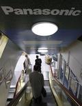 <p>Panasonic réduira de 23% ses investissements dans la fabrication de téléviseurs à écrans plats dans un contexte de baisse de prix et de la demande. /Photo prise le 27 novembre 2008/REUTERS/Issei Kato</p>
