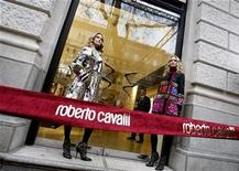 <p>Models stand at the front of the door during the opening ceremony of Italian designer Roberto Cavalli's boutique Budapest November 24, 2008. REUTERS/Laszlo Balogh</p>
