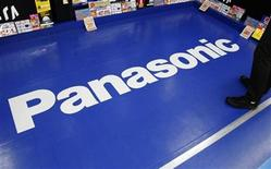 <p>El logo de la compañía Panasonic en una tienda de artículos electrónicos en Tokio, 9 ene 2009. El fabricante de electrónica japonés PANASONIC CORP reducirá sus inversiones en dos nuevas plantas de televisores de pantalla plana en cerca de 1.500 millones de dólares y saldrá de sus negocios deficitarios en medio de una crisis económica global que hundió sus ganancias. REUTERS/Issei Kato</p>