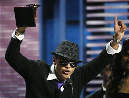 Singer Flex of Panama accepts his award for Best Urban Song ''Te Quiero during the 9th annual Latin Grammy Awards in Houston, Texas November 13, 2008. REUTERS/Mario Anzuoni