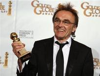 """<p>Danny Boyle, regista del film """"The Millionaire"""" ritira il suo premio ai Golden Globe Award. REUTERS/Lucy Nicholson (UNITED STATES)</p>"""