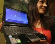<p>Una modella mostra un netbook Asus. REUTERS/Arko Datta (INDIA)</p>