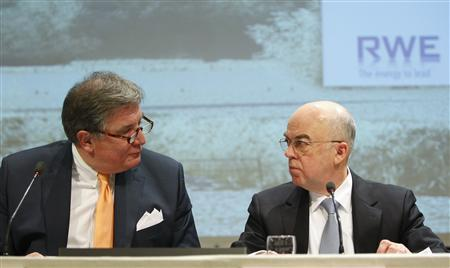RWE Chief Executive Juergen Grossmann (L) and Essent Chief Executive Michiel Boersma are seen during a news conference in Arnhem January 12, 2009. Germany's RWE, Europe's fifth-largest utility, said on Monday it has agreed to buy the production and delivery assets of Dutch peer Essent for an enterprise value of 9.3 billion euros ($12.46 billion). REUTERS/ Michael Kooren