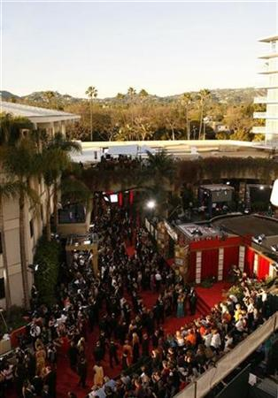 People make their way down the red carpet at the 66th annual Golden Globe awards in Beverly Hills, California January 11, 2009. REUTERS/Danny Moloshok