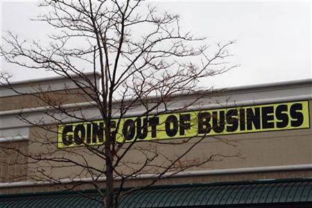 A large going out of business sale sign hangs in front of a store that is closing at the Paramus Towne Square mall in Paramus, New Jersey, November 18, 2008. REUTERS/Mike Segar