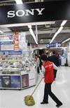 <p>Un letrero de Sony Corp es exhibido en una tienda electrónica en Tokio, 13 ene 2009. El grupo japonés de electrónica Sony Corp probablemente sufrirá una pérdida operativa anual de unos 1.100 millones de dólares, el primer resultado negativo en 14 años, por la debilidad de las ventas y la fortaleza del yen, adelantó una persona conocedora de la situación. REUTERS/Kim Kyung-Hoon (JAPAN)</p>