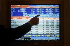 <p>A stockbroker points at a monitor during a trading session inside the trading hall of the Karachi Stock Exchange December 15, 2008. REUTERS/Athar Hussain</p>