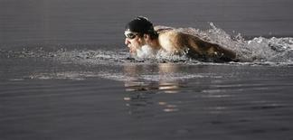 <p>El nadador estadounidense Michael Phelps nada durante la filamación de un comercial publicitario en Pekín, 13 ene 2009. Cuatro meses después de haber ganado el récord de ocho medallas de oro en los Juegos Olímpicos de Pekín, el nadador estadounidense Michael Phelps está listo para volver a entrenar, con algunos dolores pero ansioso por extinguir cualquier idea de un posible retiro. REUTERS/Jason Lee (CHINA)</p>