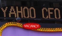 <p>Nastro luminoso riporta la notizia delle dimissioni di Jerry Yang da Ad di Yahoo, a Times Square il 18 novembre del 2008, New York. REUTERS/Brendan McDermid</p>