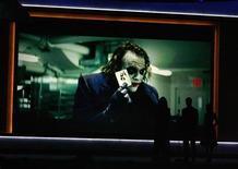 """<p>Una imagen del fallecido actor Heath Ledger en su rol como el """"Guasón"""" es proyectada en los premios de la crítica en California, 8 ene 2009. Los emocionados padres del fallecido Heath Ledger dieron la bienvenida al premio Globo de Oro como mejor actor de reparto con un sentimiento de orgullo pero a la vez de amargura, y la madre del artista dijo que el galardón seguramente será entregado a su hija Matilda. REUTERS/Danny Moloshok</p>"""