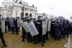 <p>Заградительные отряды полиции стоят перед зданием парламента Болгарии во время столкновений с демонстрантами в Софии,14 января 2009 года В столице Болгарии Софии в среду прошли массовые антиправительственные выступления, приведшие к столкновению демонстрантов с полицией, говорится в сообщении полиции. REUTERS/Oleg Popov (BULGARIA)</p>