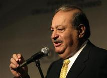 "<p>Mexican businessman Carlos Slim gestures during the ""Tendiendo puentes"" (Building bridges) summit in Punta del Este November 25, 2008. REUTERS/Andres Stapff</p>"